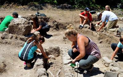 Λουτρά, ψηφιδωτά και αψίδες: τι έφερε στο φως η ανασκαφή στη Μίεζα