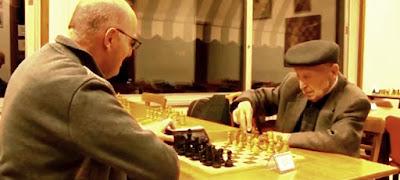 Joaquim Bosch i Codina disputando una partida de ajedrez
