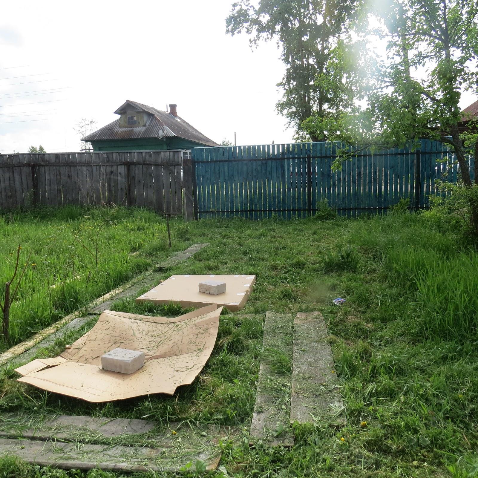 e8033926c48 Je pose les planches de mon ancienne palissade par terre en ménageant des  espaces. D'ailleurs, je fais cela dans tout le jardin, une succession  d'espaces.