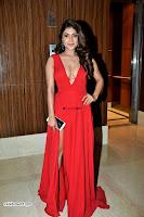 ishita Raj Sharma in Red Gown Stunning Beauty at success party of film sonu ke u ki sweety 016.JPG