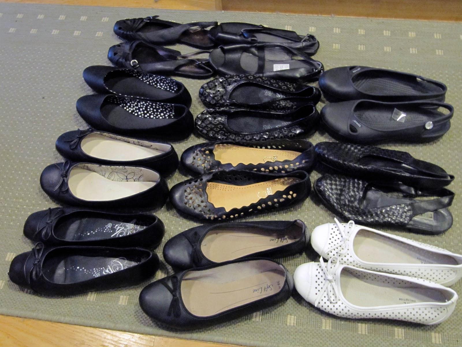 Alas jätin vielä muutamat juhlakorkkarit - sekä varalle ensi kevättä varten  parit kävelykengät - jos vaikka kenkien ... 5a935e3641