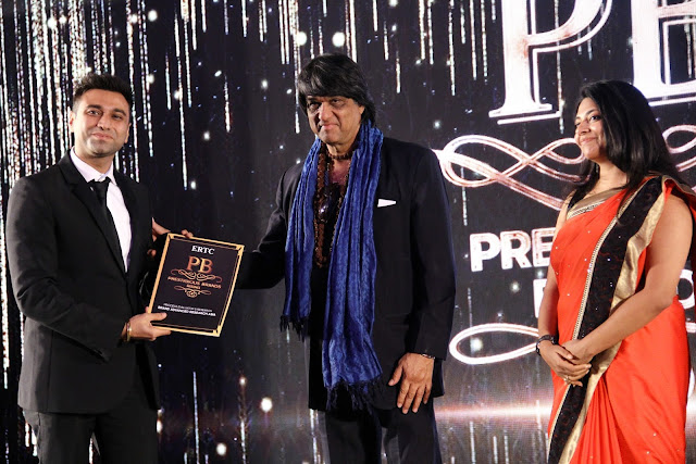 Amin Rozani Director TheSpartanPoker receiving award from Mukesh Khanna (Shaktiman)