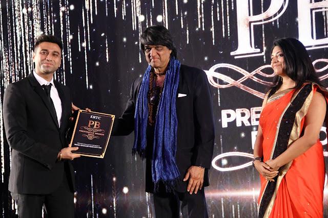 Amin Rozani Director TheSpartanPoker receiving award from Mukesh Khanna (Shaktiman)