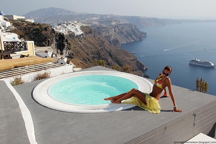 beli bikini sa sarenim detaljima, bikini za Santorini ostrvo
