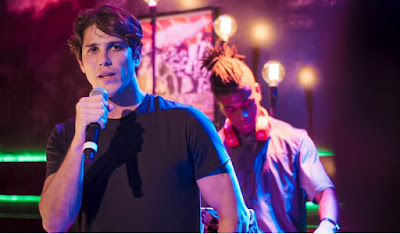 Rui (Romulo Arantes Neto) canta 'Coisa Linda' e dedica para Rita (Alanis Guillen) em 'Malhação - Toda Forma de Amar' — Foto: TV Globo