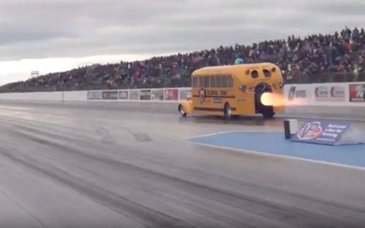 Έβαλαν Τουρμπίνα Αεροπλάνου Σε Σχολικό Λεωφορείο - Βίντεο