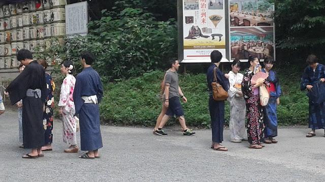 Parque Yoyogui: jóvenes guías vestidos con kimono