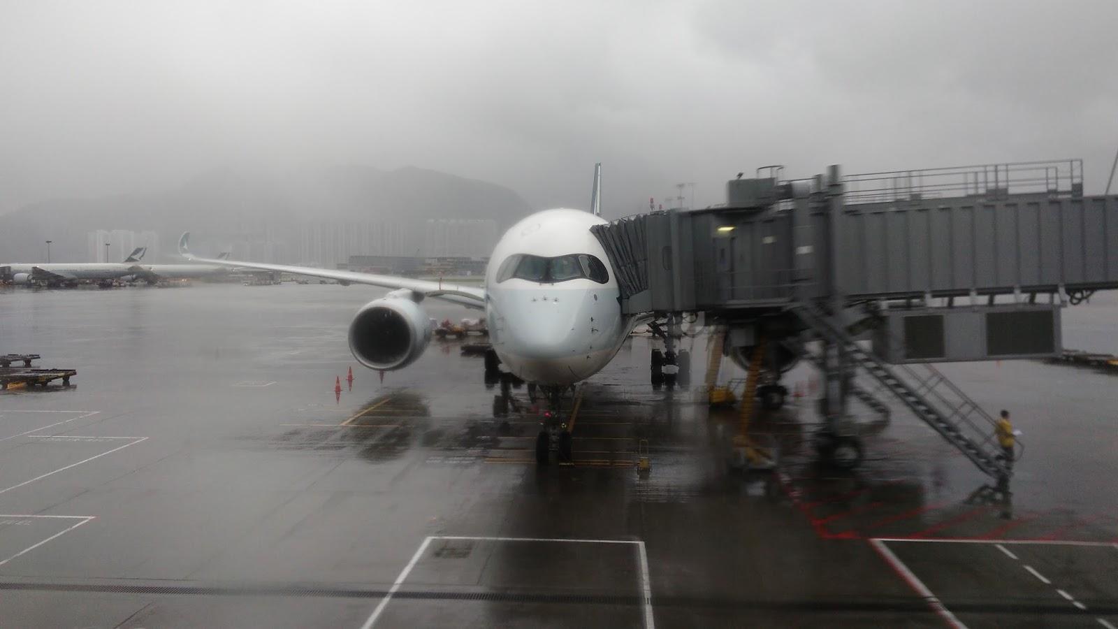 黑老闆說︱香港航空貴賓室落地窗外停機坪上國奉最新的A350客機,天候不佳,一直下大雨。