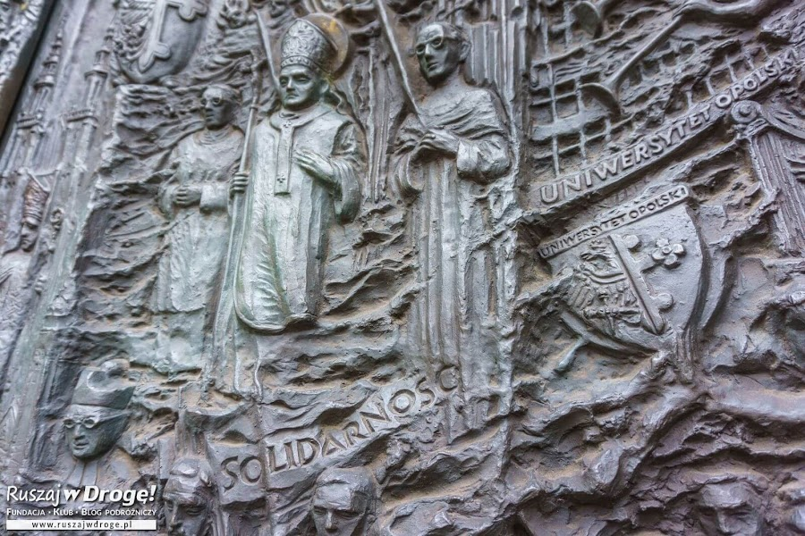 Piękne drzwi katedry w Opolu