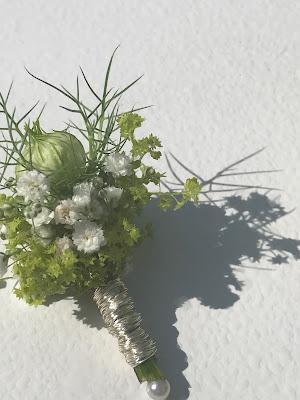 Anstecker für den Bräutigam, Hochzeit in Apfelgrün und Weiß im Riessersee Hotel Garmisch-Partenkirchen, Hochzeitshotel in Bayern, heiraten in den Bergen am See