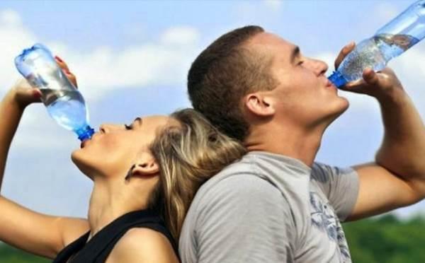 Bahaya Minum dari Botol Plastik bagi Perempuan Hamil