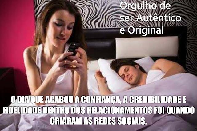 Orgulho de ser Autêntico e Original. O dia que acabou a confiança, a credibilidade e a fidelidade dentro dos relacionamentos foi quando criaram as redes sociais. Um homem e uma mulher na cama, o homem dormindo e a mulher digitando no celular.