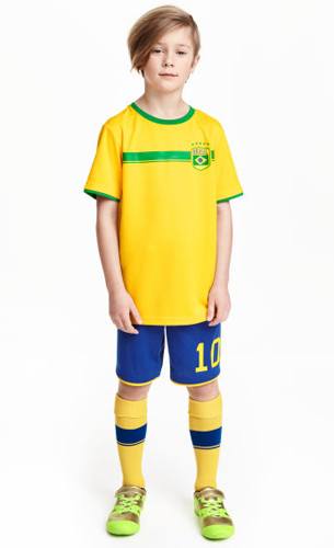 camiseta pantalón medias y zapatillas fútbol Brasil H&M niños