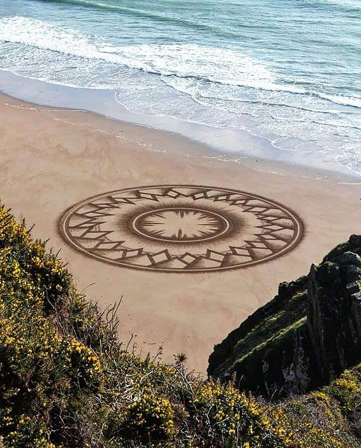 10-Jon-Foreman-Land-art-Geometric-Drawing-in-the-Sand-www-designstack-co