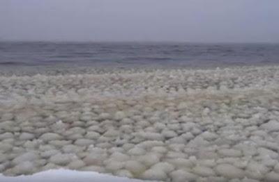 Fenomena Ombak Bola Salju Aneh di Danau Sebago