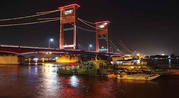 Hiburan Tahun Baru 2018 di Jembatan Ampera Palembang