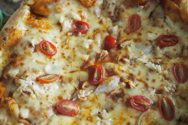 closeup image of chilli crab pizza