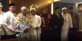 Wakil Ketua DPR Fadli Zon dan Fahri Hamzah diapit para ulama