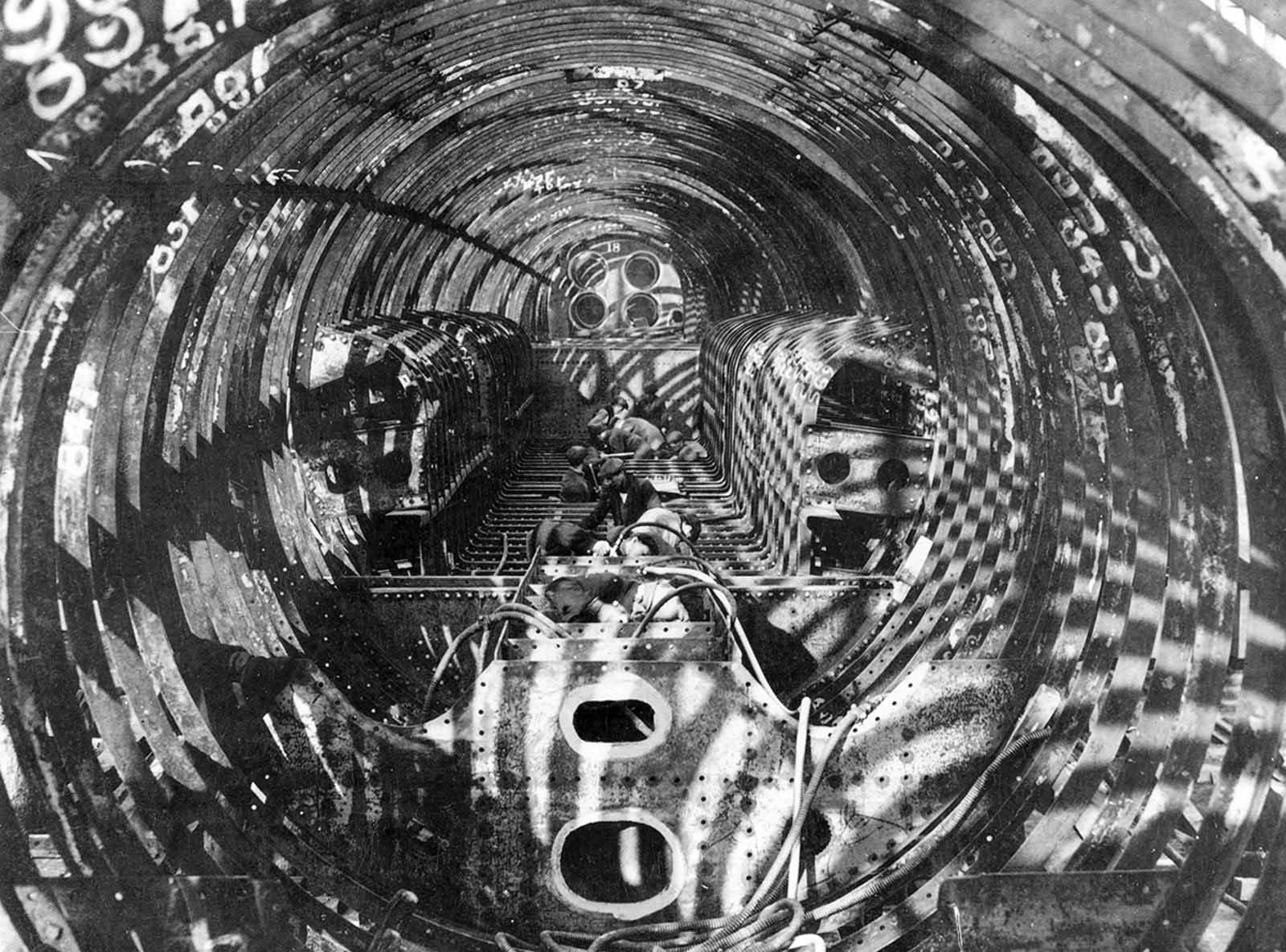 Vista interior de un submarino de la marina británica en construcción, Clyde y Newcastle.