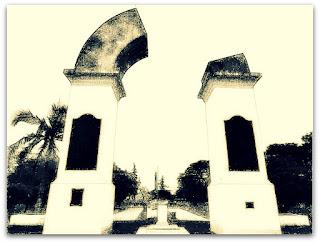 Arco Trunco em Yapeyú - monumento com arco faltando um pedaço.