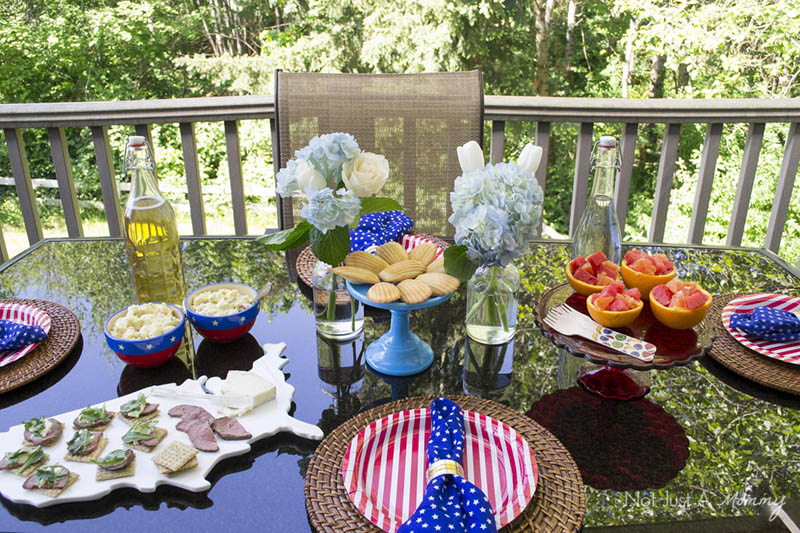 Easy Patriotic Ideas For Summer Entertaining; a great and easy tablescape perfect all summer long