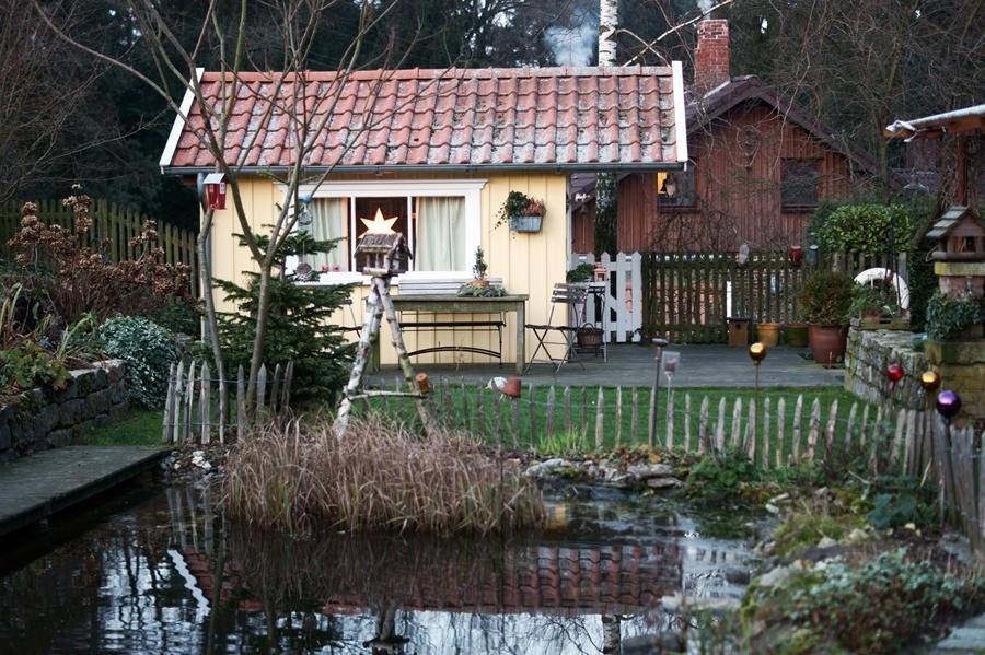 Blog + Fotografie by it's me! - Instatreffen bei Katies Home - selbst gebautes Holzhaus, Teich mit Staketenzaun