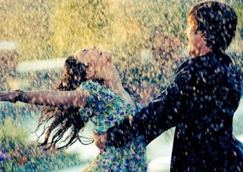 Um casal rodopiando na chuva.