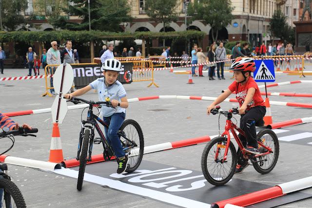 Niños en el circuito ciclista instalado en Herriko Plaza