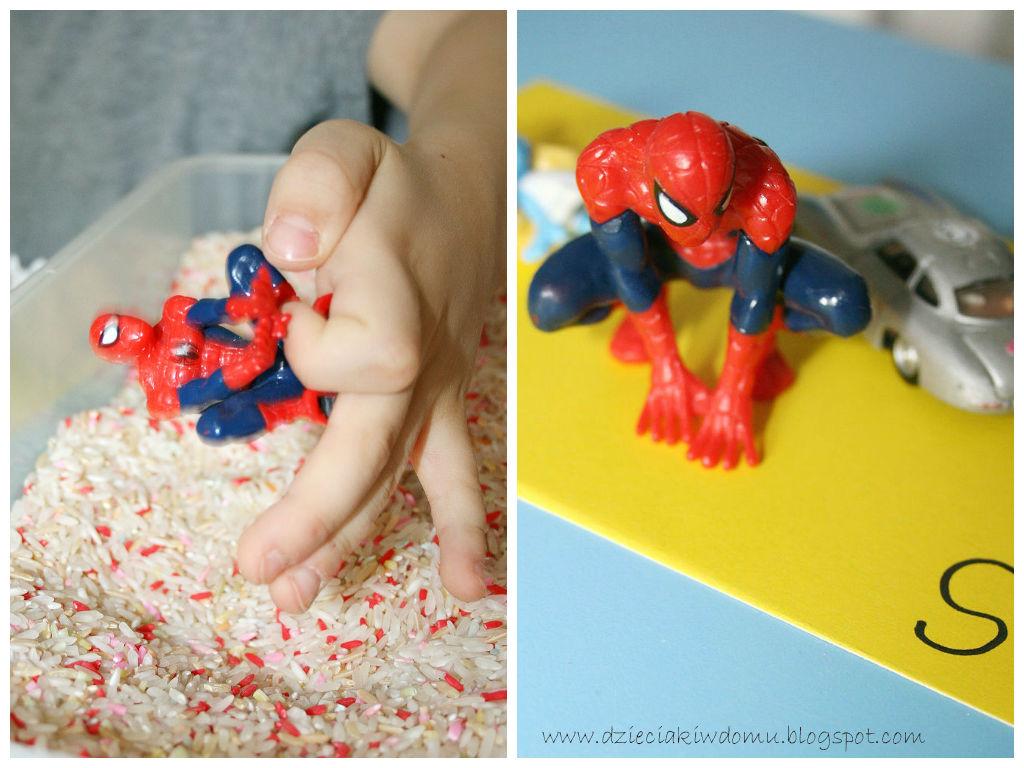 Szukanie przedmiotów w ryżu - kreatywna zabawa dla dzieci stymulująca sensorycznie