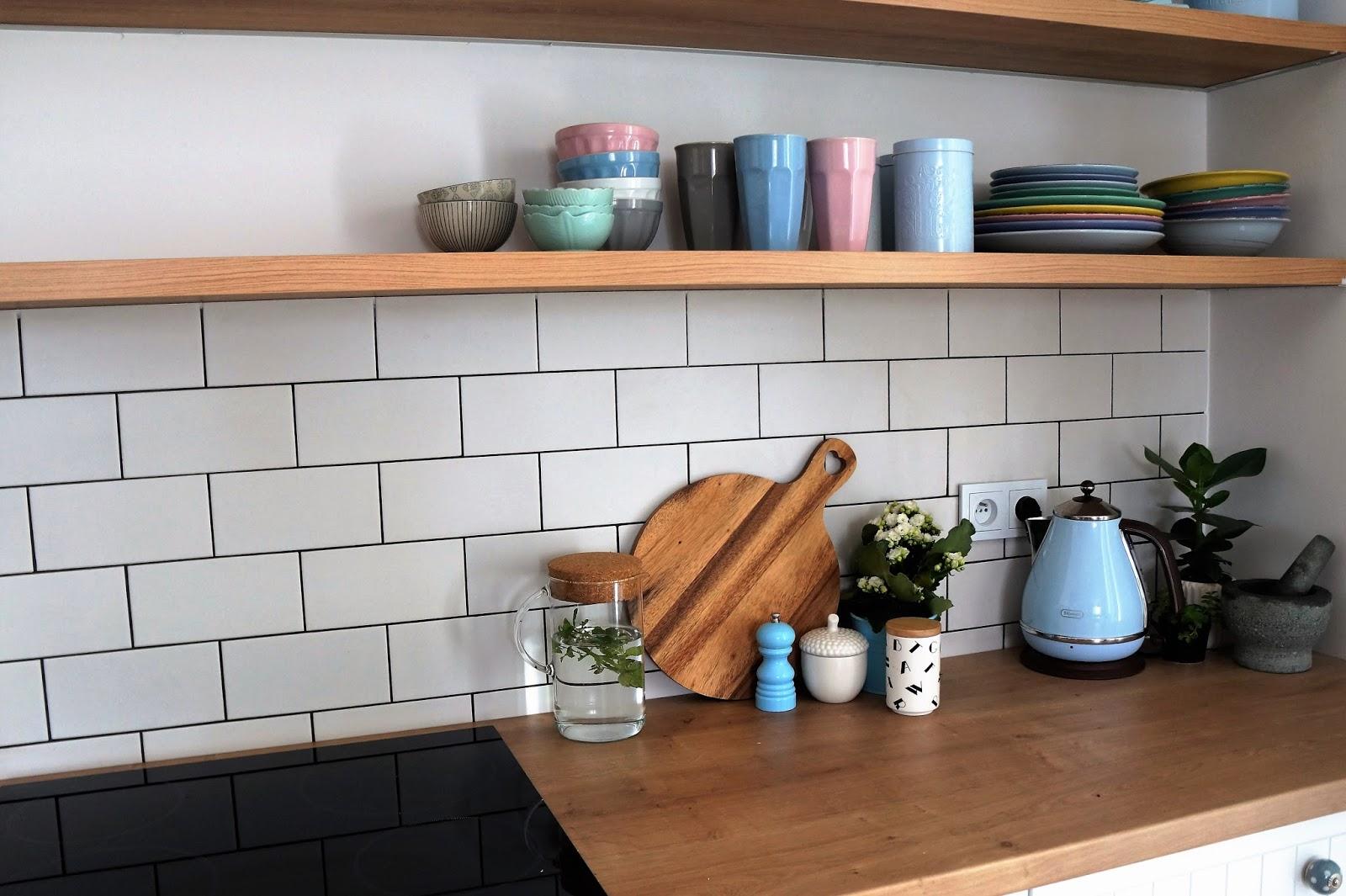 pastelowa kuchnia, kolorowe talerze, pastelowe talerze, pastelowe kubki