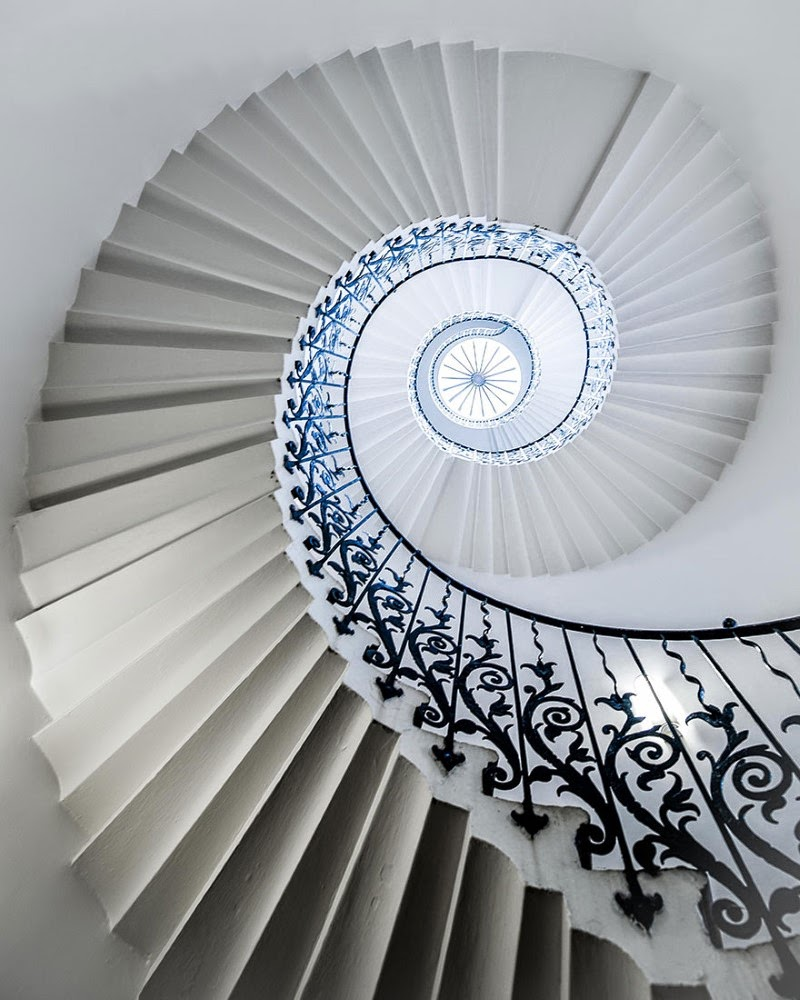 15 Mesmerizing Examples of Spiral Staircase Photography