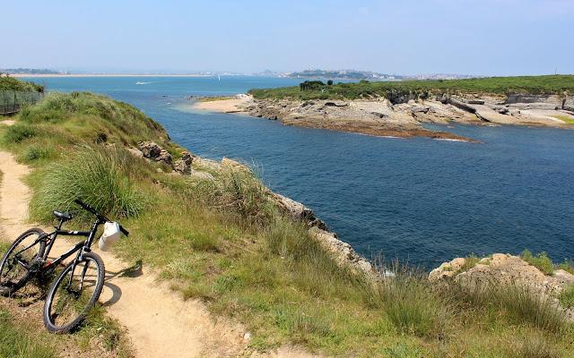 Ruta por los acantilados desde Loredo a Langre. Al fondo la isla de Sta. Marina. Ribamontán al Mar.