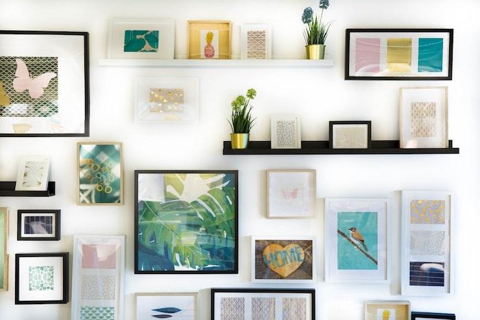 Galería de cuadros en la pared en blanco, negro y madera