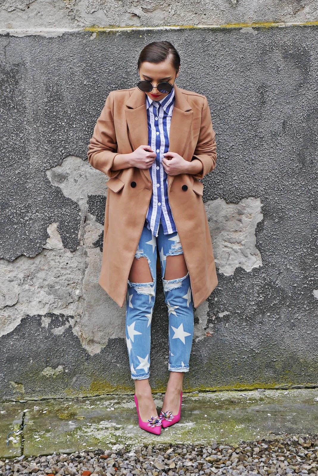 szpilki różowe renee beżowy płaszcz jeansy gwiazdki koszula paski karyn blog modowy