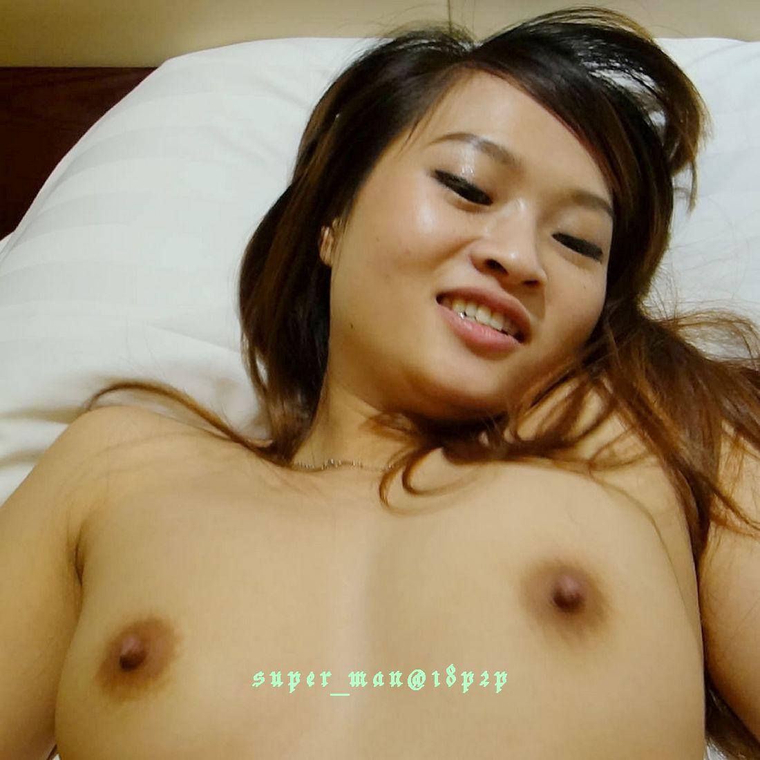 cewek china cantik lagi pose seksidan bugil di kamr hotel.cewek asia telanjang pamer memek dan toket cilik