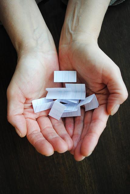 Twee handen met briefjes in de handpalmen