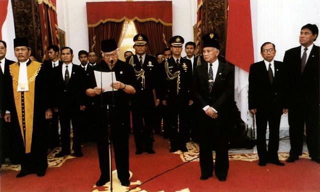 Setelah terjadi tekanan politik dan demonstrasi besar, pada 21 Mei 1998 Presiden Soeharto mengumumkan pengunduran dirinya.