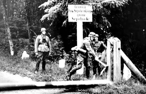 Soldados alemanes rompiendo una barricada en la frontera polaca