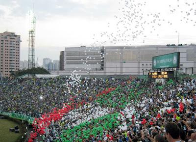 As arquibancadas do velho estádio do Palestra Itália ocupadas pela última vez, em partida amistosa do Palmeiras com o Boca Juniors disputada em julho de 2010.