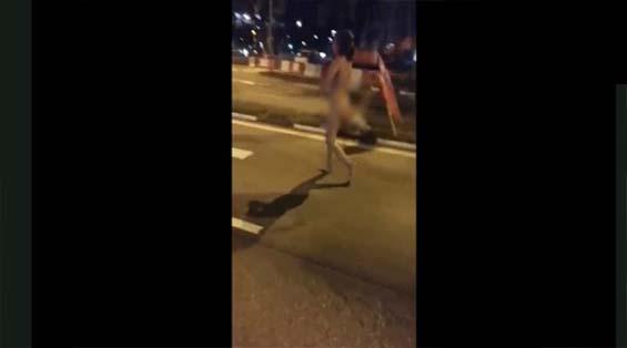 Wanita Telanjang Bulat Merayau Di Jalanan
