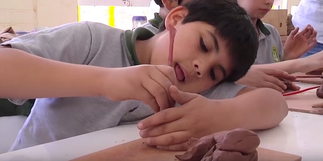 niño de Ovalle creando cerámica al estilo diaguita