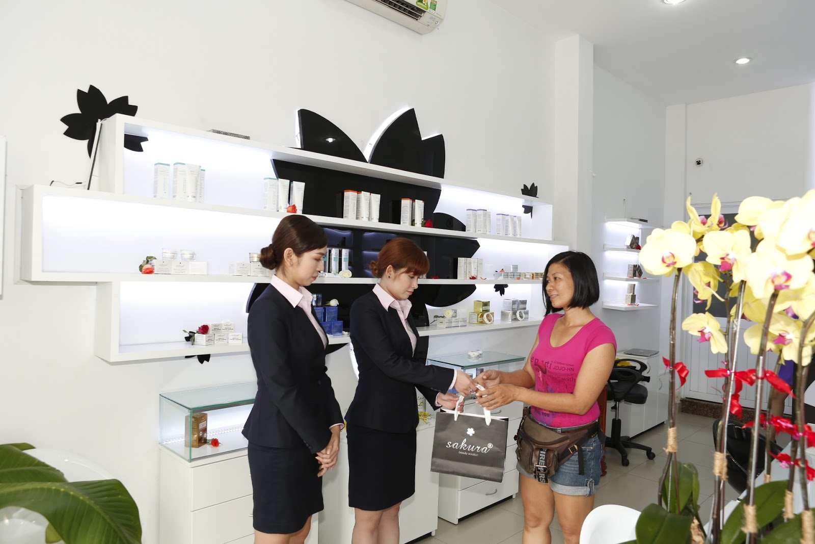 Dịch vụ chăm sóc khách hàng của Công ty Mỹ Phẩm Hoa Anh Đào luôn tận tình, chu đáo.