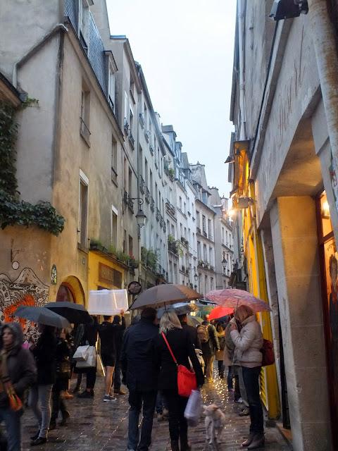 calles de parís con lluvia