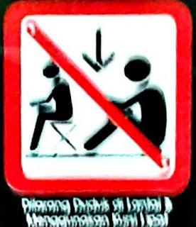 Kalau Melihat Tanda ini, Berarti Anda Dilarang Duduk .... Di Lantai Commuter Line
