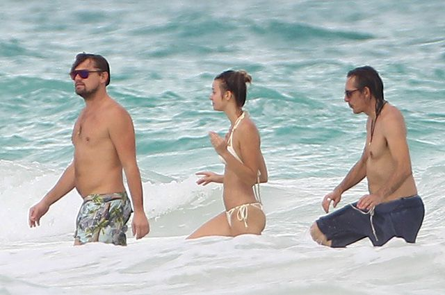 Leonardo DiCaprio is resting in Cancun: a few extra pounds and a mysterious stranger