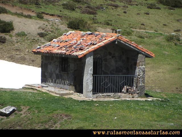 Ruta Les Rapaines, Lago Ubales, Cascayón: Cabaña en el Collado Acebal