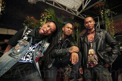 Biografi Marjinal Band  Marjinal adalah band beraliran punk rock yang terbentuk awal 1997, mereka terbentuk atas latar belakang kesamaan dalam menyikapi belantika hidup satu sama lainnya. Mereka berusaha menyampaikan suatu pesan akan suatu penolakan maupun penerimaan dan harapan setelah apa yang dirasa, dilihat, di raba, dan di dengar dalam kehidupan sehari-hari.  Awalnya, mereka ingin kuliah, tapi semakin lama mereka tidak tertarik. Apa yang dipelajari di kampus telah mereka kuasai, mereka telah ahli dalam menggambar, desain dan lain-lain. Para personel Marjinal bertemu dan membicarakan situasi di luar kampus, yang atmospherenya bersifat represif, nggak bebas mengeluarkan pendapat atau berekspresi. Lalu mereka membangun sebuah jaringan namanya Anti Facist Racist Action (AFRA), yang didalamnya berisi kawan-kawan yang mempunyai kesadaran melawan sistem yang fasis.  Mereka menggunakan media visual, lewat poster dari cukil kayu, baliho dan lukisan yang menggugah kesadaran generasi muda, untuk melawan sistem fasis yang diusung Orde Baru. Selain melakukan diskusi, penerbitan newsletter, dan aksi turun ke jalan, mereka secara kebetulan juga bermain musik. Dengan modal gitar dan jurus tiga kunci, mereka membuat lagu sendiri yang berangkat dari kenyataan hidup sehari-hari. Kemudian mereka menamakan kelompok itu awalnya Anti Military.  Sejarah Punk Indonesia tidak bisa