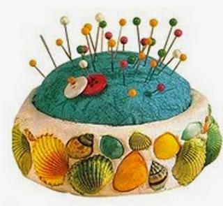 http://www.manualidadeson.com/alfiletero-decorado-con-conchas-partir-de-latas-de-conservas.html