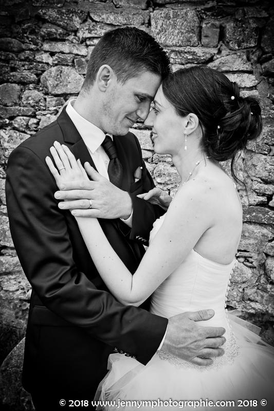 portrait noir et blanc des mariés avec leurs alliances