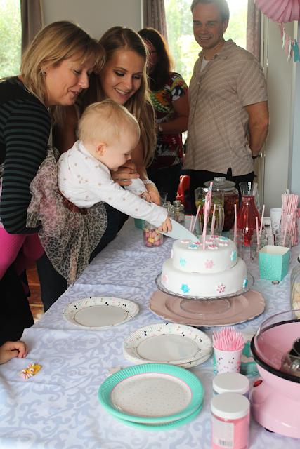 taart aansnijden eerste verjaardag